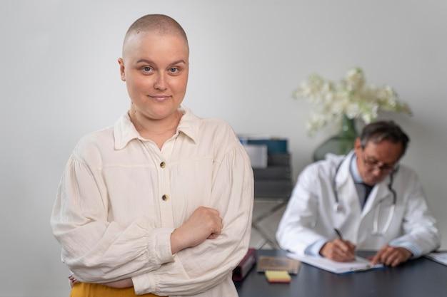Mujer que sufre de cáncer de mama hablando con su médico