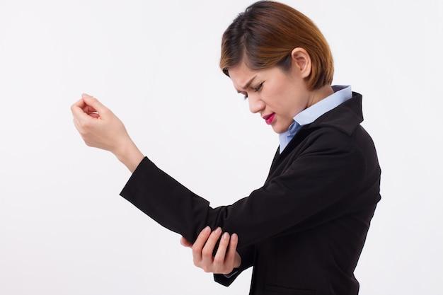 Mujer que sufre de dolor en las articulaciones del codo
