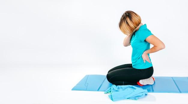 Mujer que sufre de dolor en la columna vertebral