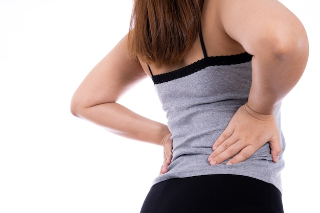 Mujer que sufre de dolor de espalda y cintura aislado fondo blanco.