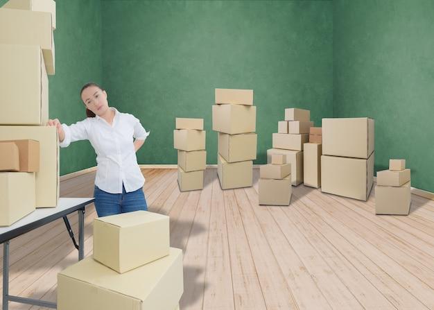 Mujer que sufre de dolor de espalda mientras mueve cajas