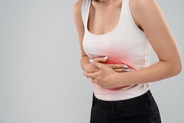 Mujer que sufre de dolor en el estómago