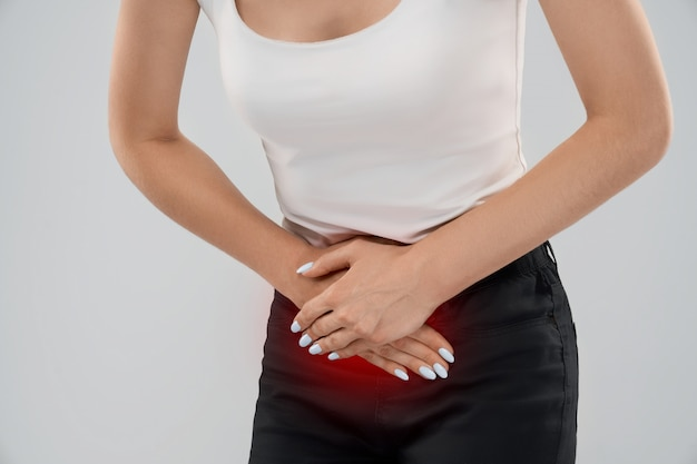 Mujer que sufre de dolor en la parte inferior del abdomen