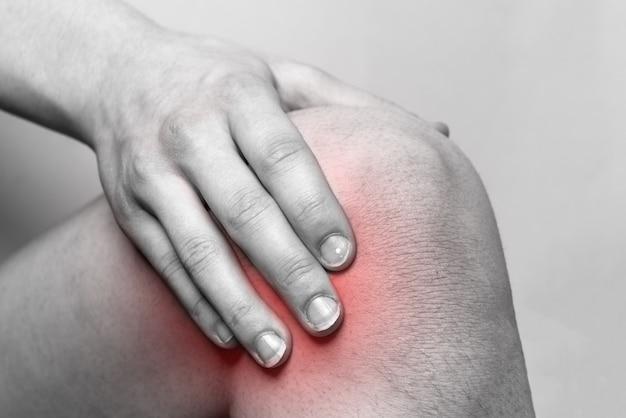 Mujer que sufre de dolor en la rodilla