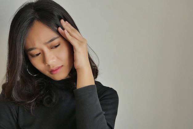 Mujer que sufre de estrés crónico, enfermedad mental, depresión