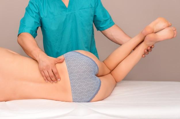 Mujer que tiene ajuste de espalda quiropráctica.