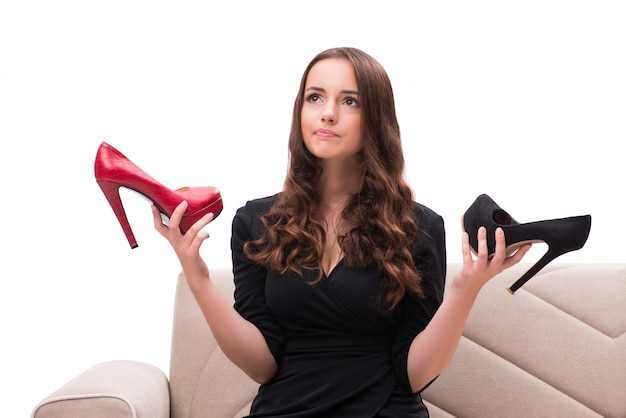Mujer que tiene difícil elección entre los zapatos