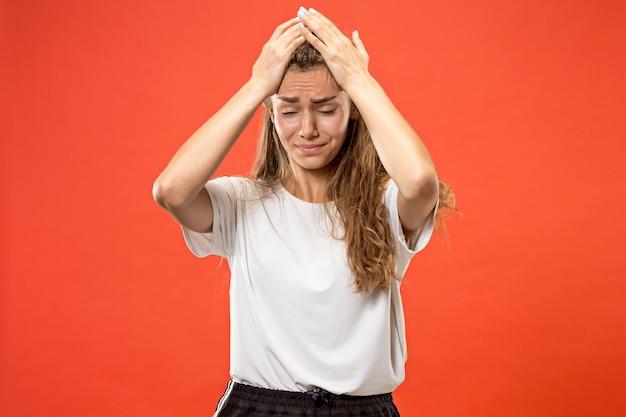 Mujer que tiene dolor de cabeza. aislado sobre pastel.