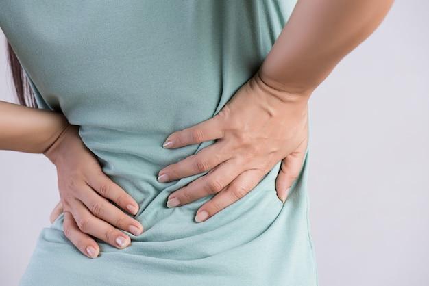 Mujer que tiene dolor en la espalda lesionada, concepto de salud.