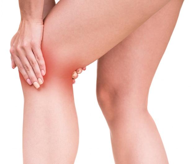 Mujer que tiene dolor de rodilla