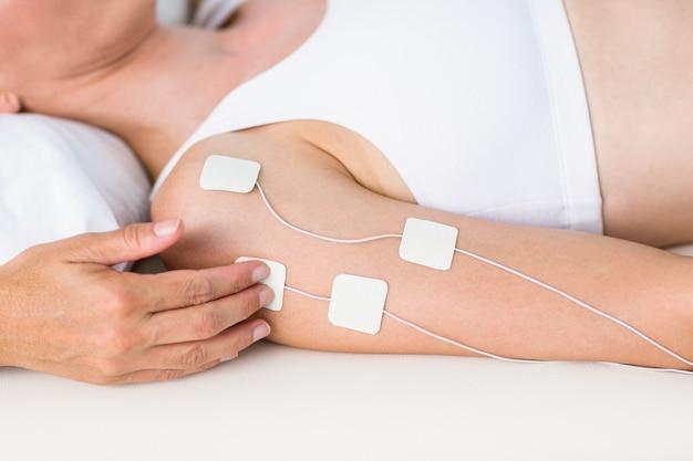 Mujer que tiene electroterapia