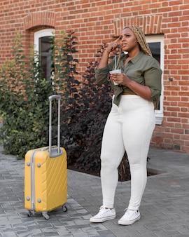 Mujer que tiene una idea mientras viaja