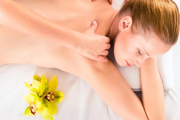 Mujer que tiene masaje de la salud en balneario
