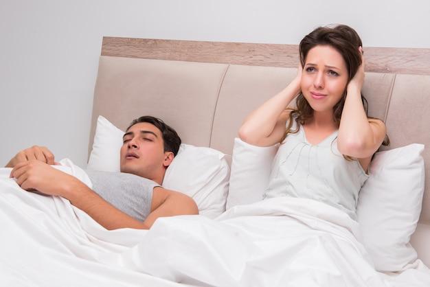 Mujer que tiene problemas con el marido que ronca