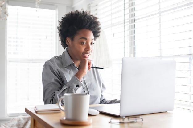 Mujer que tiene una reunión de clase en línea a través del sistema de e-learning