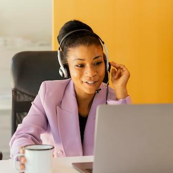 Mujer que tiene una reunión en línea para trabajar