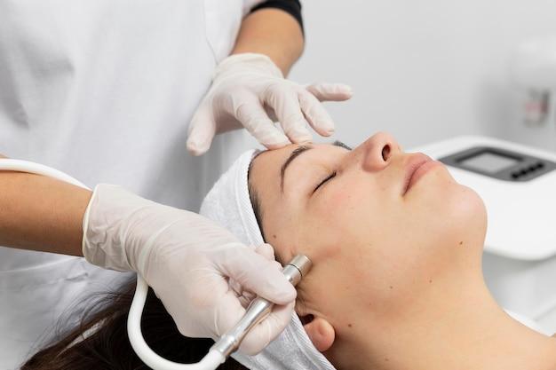 Mujer que tiene un tratamiento de cuidado de la piel