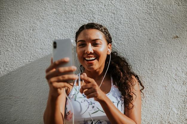 Mujer que tiene una video llamada