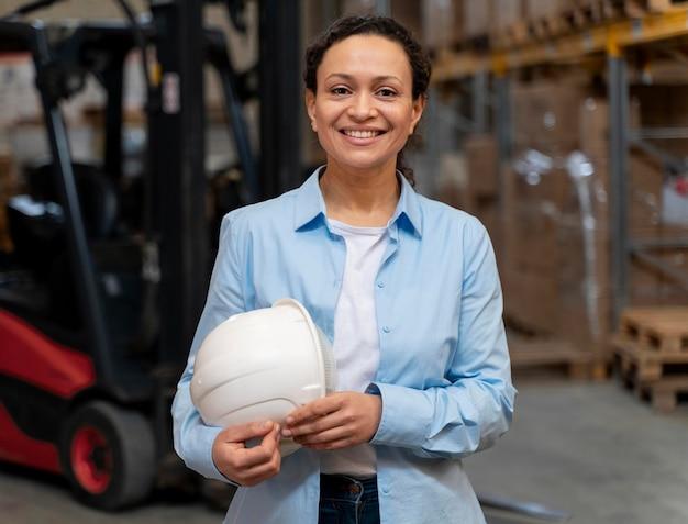 Mujer que trabaja en el almacén