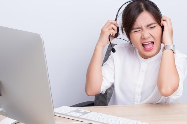 Mujer que trabaja en call center ella se siente enojada.