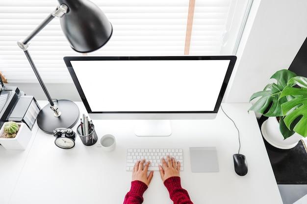Mujer que trabaja desde casa usando la computadora
