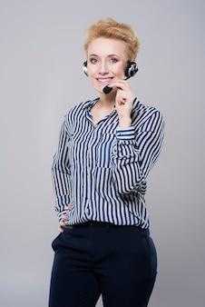 Mujer que trabaja en el centro de llamadas