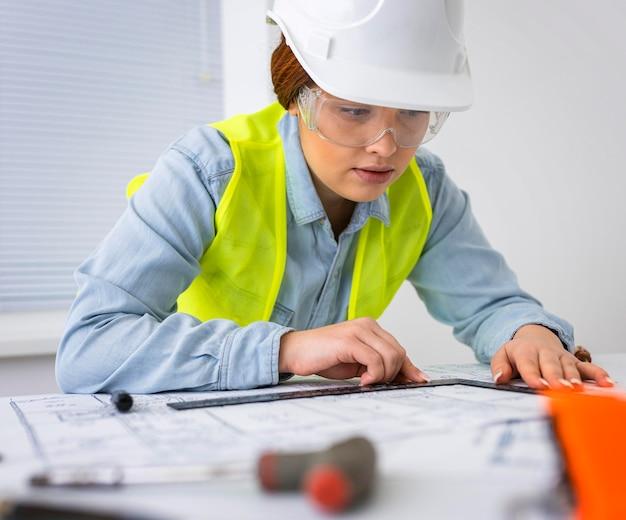 Mujer que trabaja como ingeniero