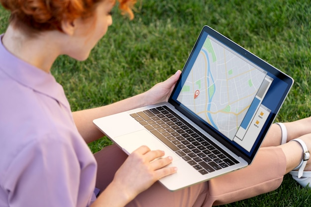 Mujer que trabaja en la computadora portátil de cerca