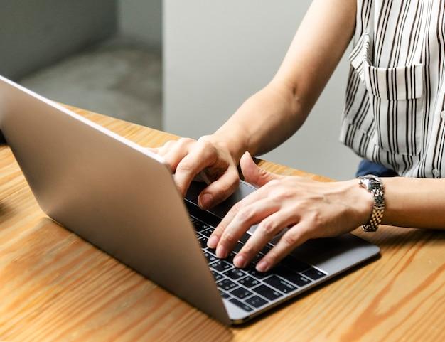 Mujer que trabaja en una computadora portátil