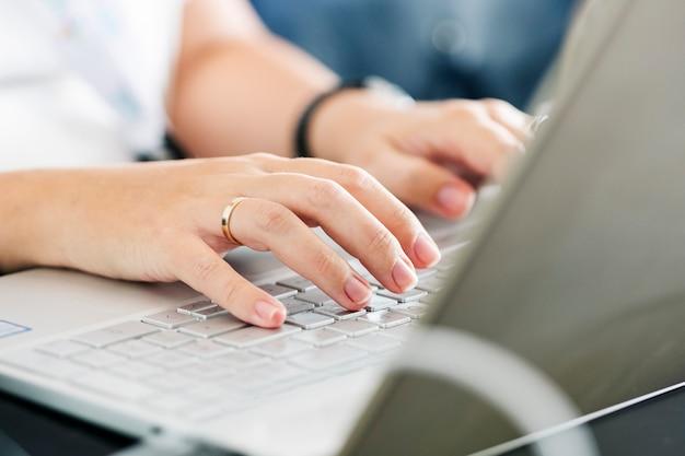 Mujer que trabaja con una computadora portátil
