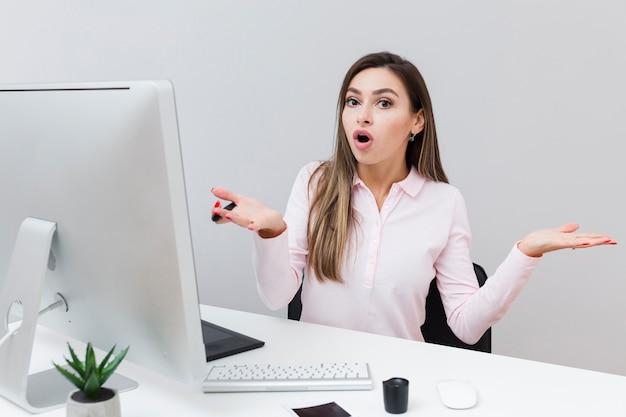 Mujer que trabaja en el escritorio sin saber lo que hizo