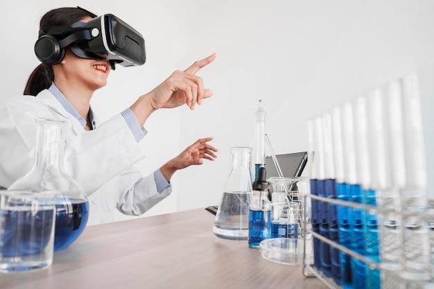 Mujer que trabaja con gafas de realidad virtual