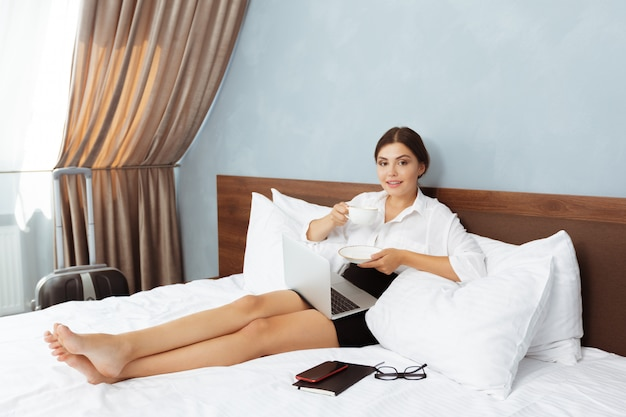 Mujer que trabaja en la habitación del hotel