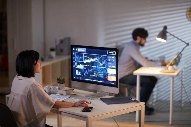Mujer que trabaja con informe financiero en línea