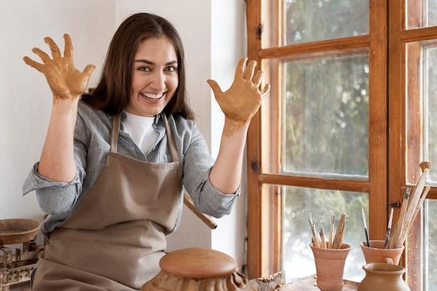 Mujer que trabaja en un lugar de trabajo de alfarería