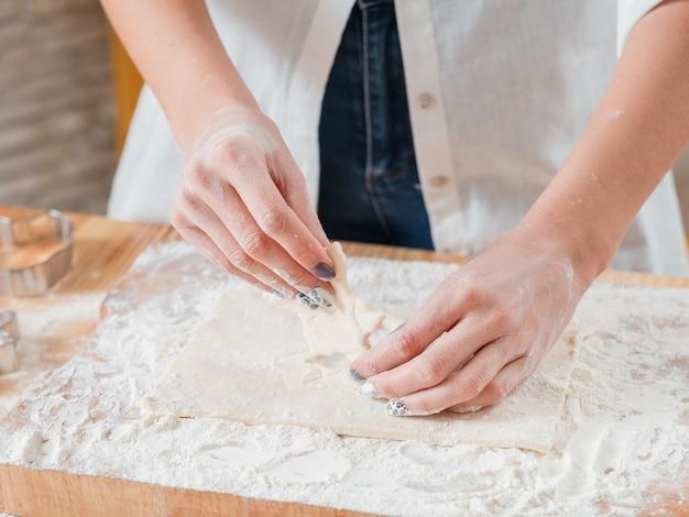 Mujer que trabaja con masa en la cocina