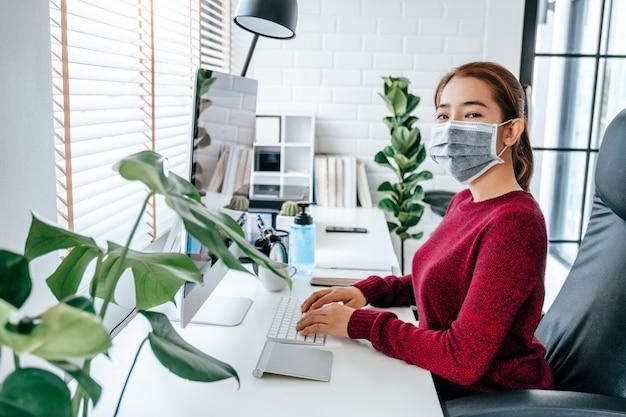 Mujer que trabaja con una mascarilla médica