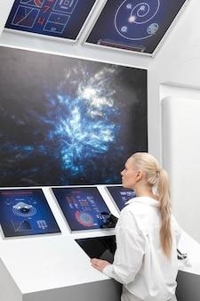 Mujer que trabaja en monitores digitales