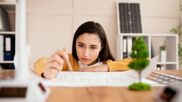 Mujer que trabaja en el proyecto de medio ambiente
