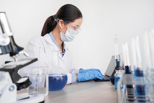 Mujer que trabaja con sustancias químicas