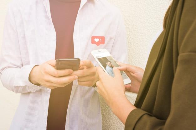 Mujer que usa la aplicación de redes sociales en el teléfono móvil