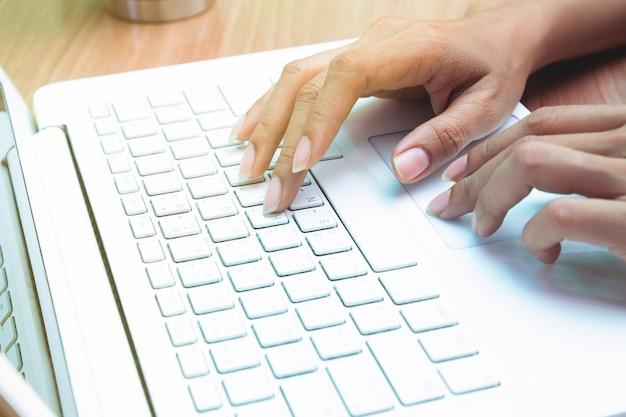 Mujer que usa la computadora portátil. trabajando en casa. persona de libre dedicación. e-business o marketing