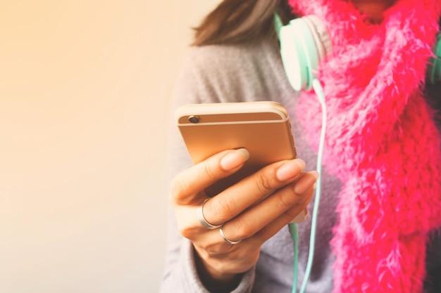 Mujer que usa el teléfono móvil, concepto de estilo de vida de tecnología.