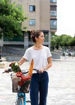 Mujer que usa una forma ecológica para el transporte