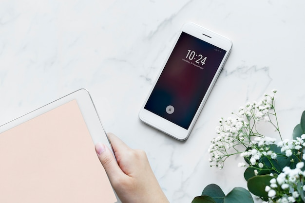Mujer que usa la tableta digital y el concepto femenino y femenino del smartphone