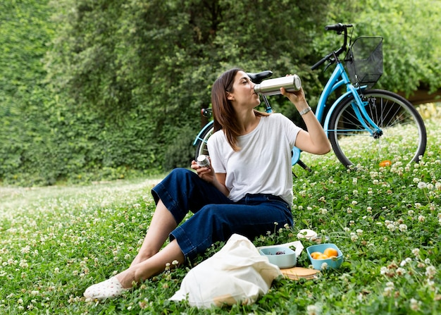 Mujer que usa recipientes sostenibles para alimentos
