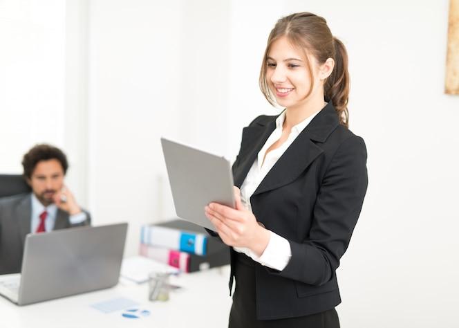 Mujer que usa su tableta en la oficina