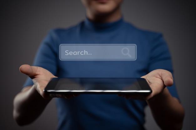 Mujer que usa la tableta para buscar con el efecto del holograma del icono del navegador