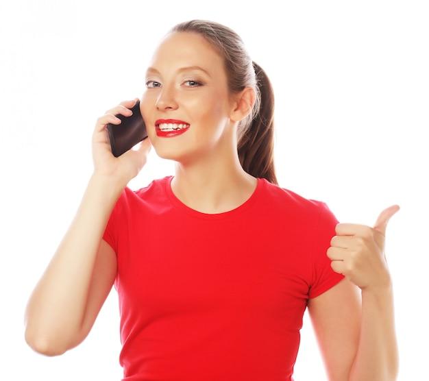 Mujer que usa un teléfono móvil aislado en un fondo blanco