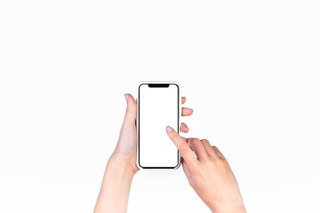 Mujer que usa el teléfono móvil con la pantalla blanca en blanco